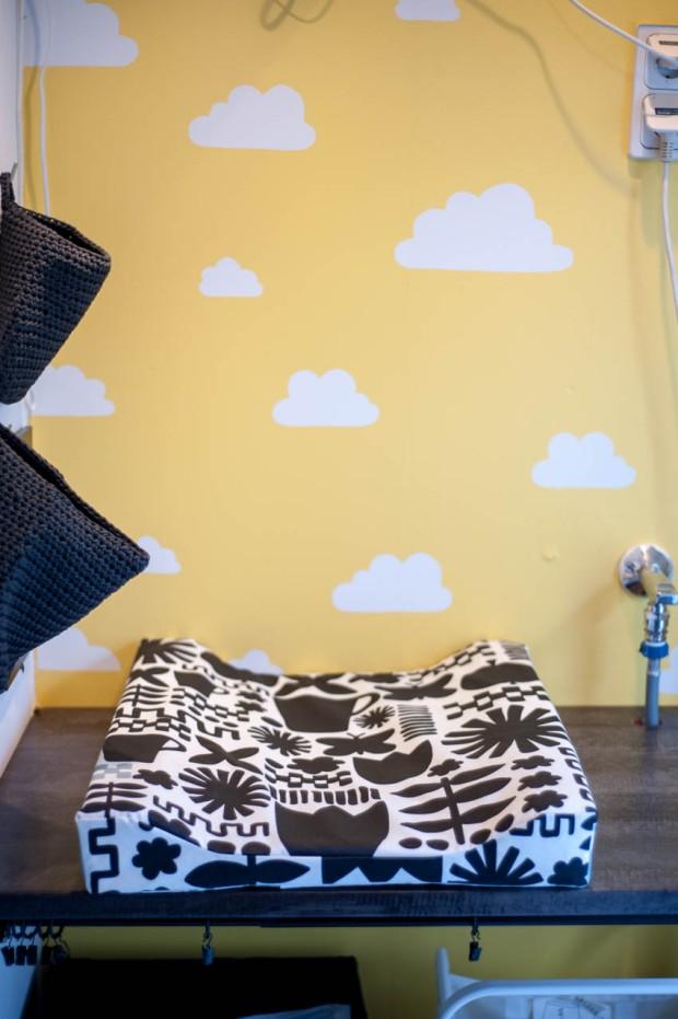 Kodinhoitohuoneen uusi sisustus - hoitoalusta ja maalattu pilviseinä