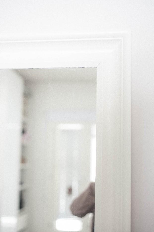 Makuuhuoneen peili valmiina, maalattuna valkoiseksi.