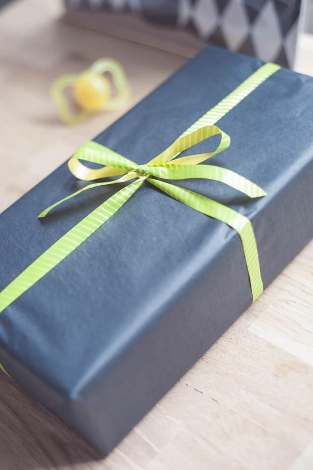 Silkkipaperikääreinen lahjapaketti - yksinkertainen ja tyylikäs